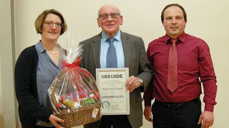 Vlnr.: Vorsitzende Carolin Straub, Ehrenmitglied Erich Stappel, Bürgermeister Andreas Fath